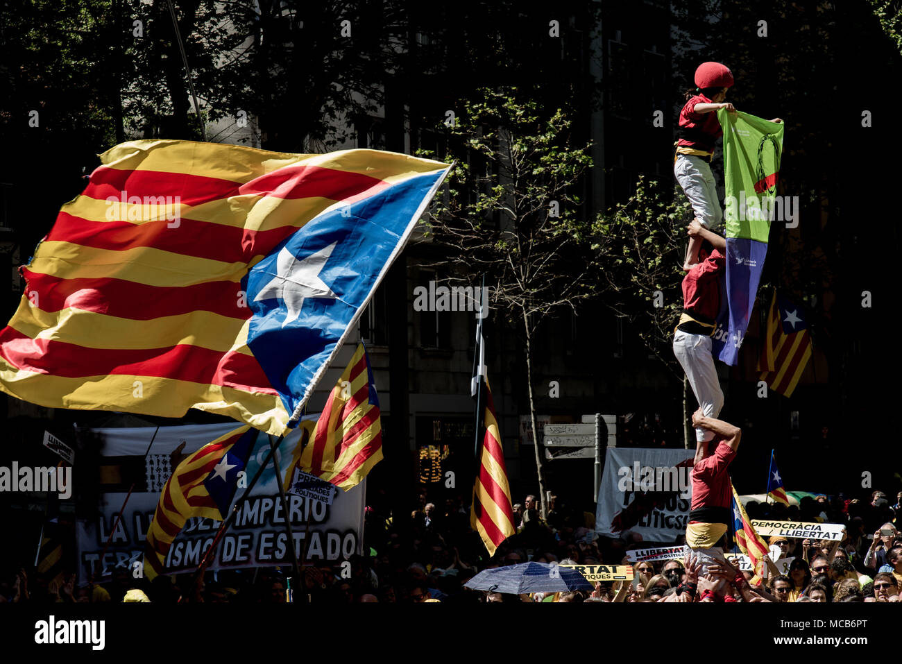 Barcelona, Spain 15Th April 2018 Castellers Form A Human Tower Or Castell  Among Hundreds Of Thousands Pro-Independence Supporters Marching By The  Streets Of