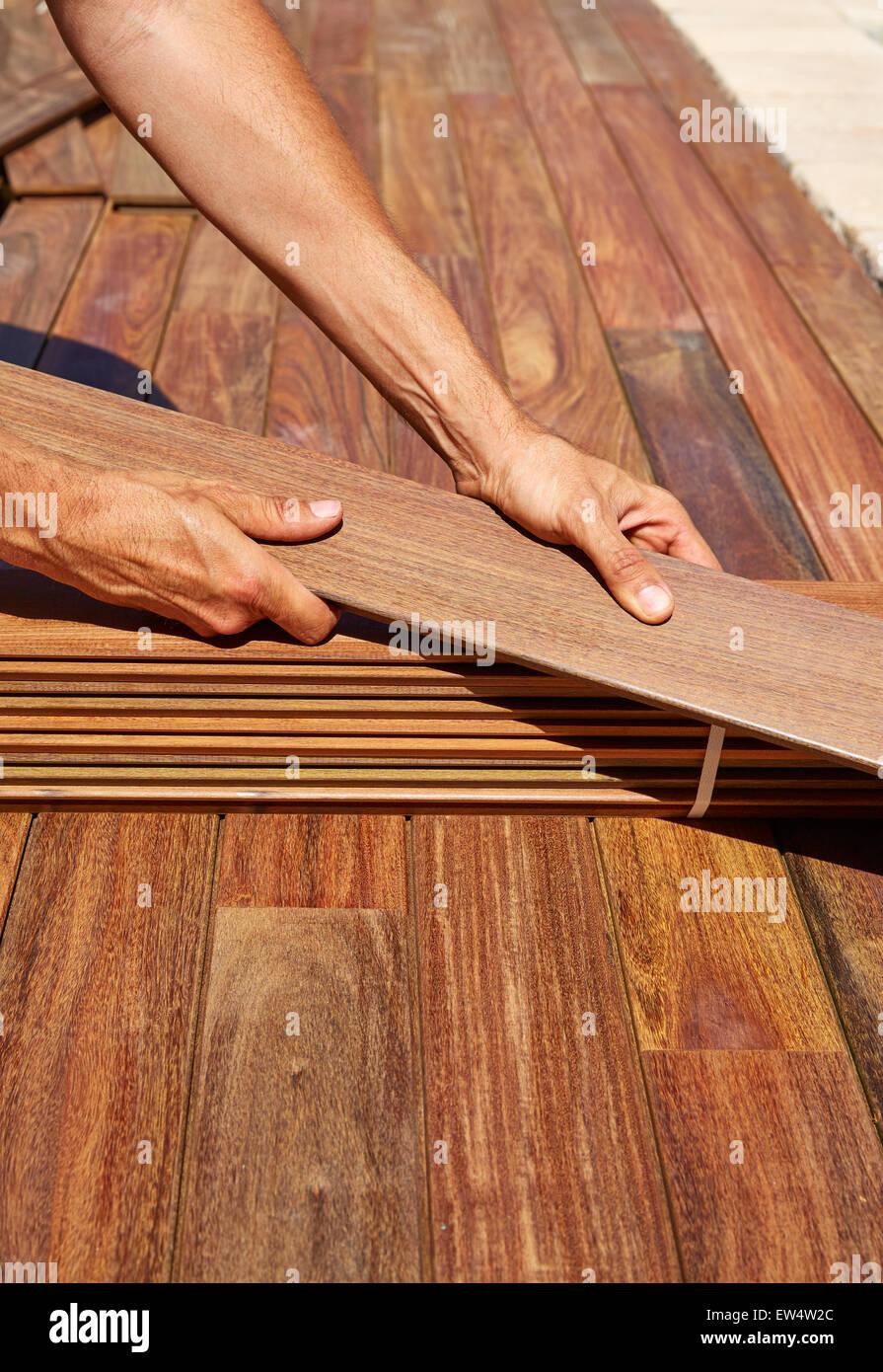 Ipe Terrassendielen Installation Mit Zimmermann Hände Halten