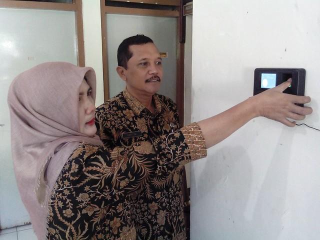 Sekretaris KPU Kab.Tulungagung, Lilik Wijayati tengah melakukan sosialisasi presensi Fingerprint(1/6)