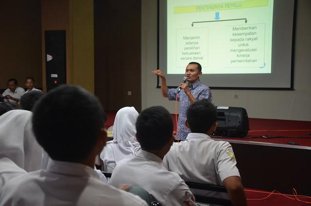 Suyitno Arman saat menyampaikan paparannya pada acara KPU goes to school(18/10)