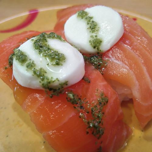 スシロー、バジルソースが美味しいモッツァレラ鮭みたいの