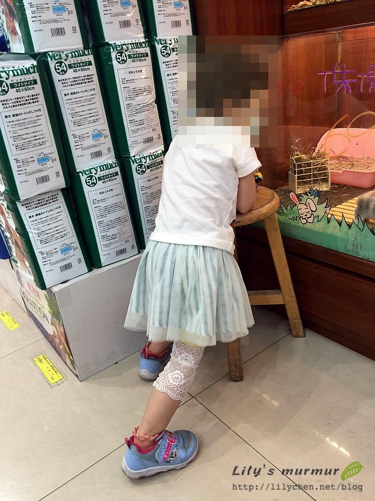 讓小妮穿內搭褲搭配裙子活動起來很方便!