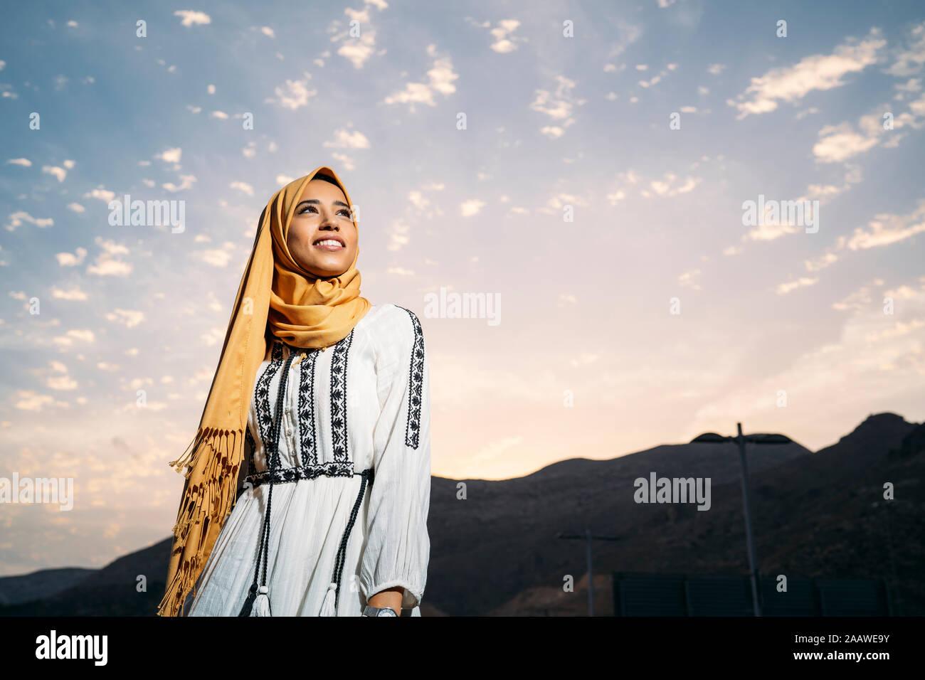 Sapevo che molti avrebbero detto che l'hijab è simbolo di. Young Muslim Woman Wearing Yellow Hijab Stock Photo Alamy