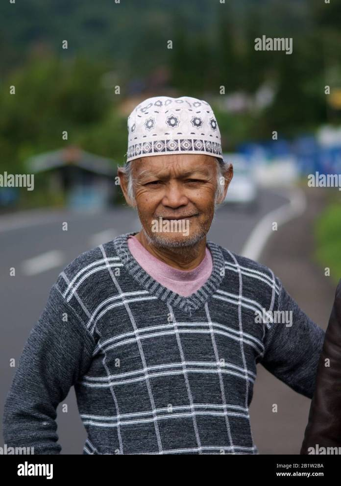 Muslim Indonesian Old Man Puncak Java Indonesia Puncak Which Mean Peak Is A Mountain City Next To Jakarta And Famous For Tea Culture Stock Photo Alamy