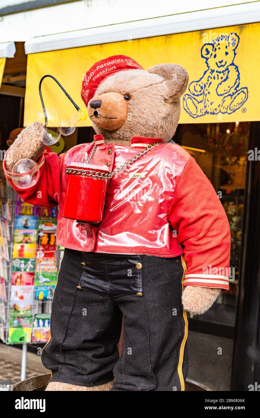 Outdoor Geschäft Frankfurt Bubble-blowing Teddy Bear Outside The Teddy-paradies Toy Shop In Frankfurt Am Main, Hesse, Germany Stock Photo - Alamy