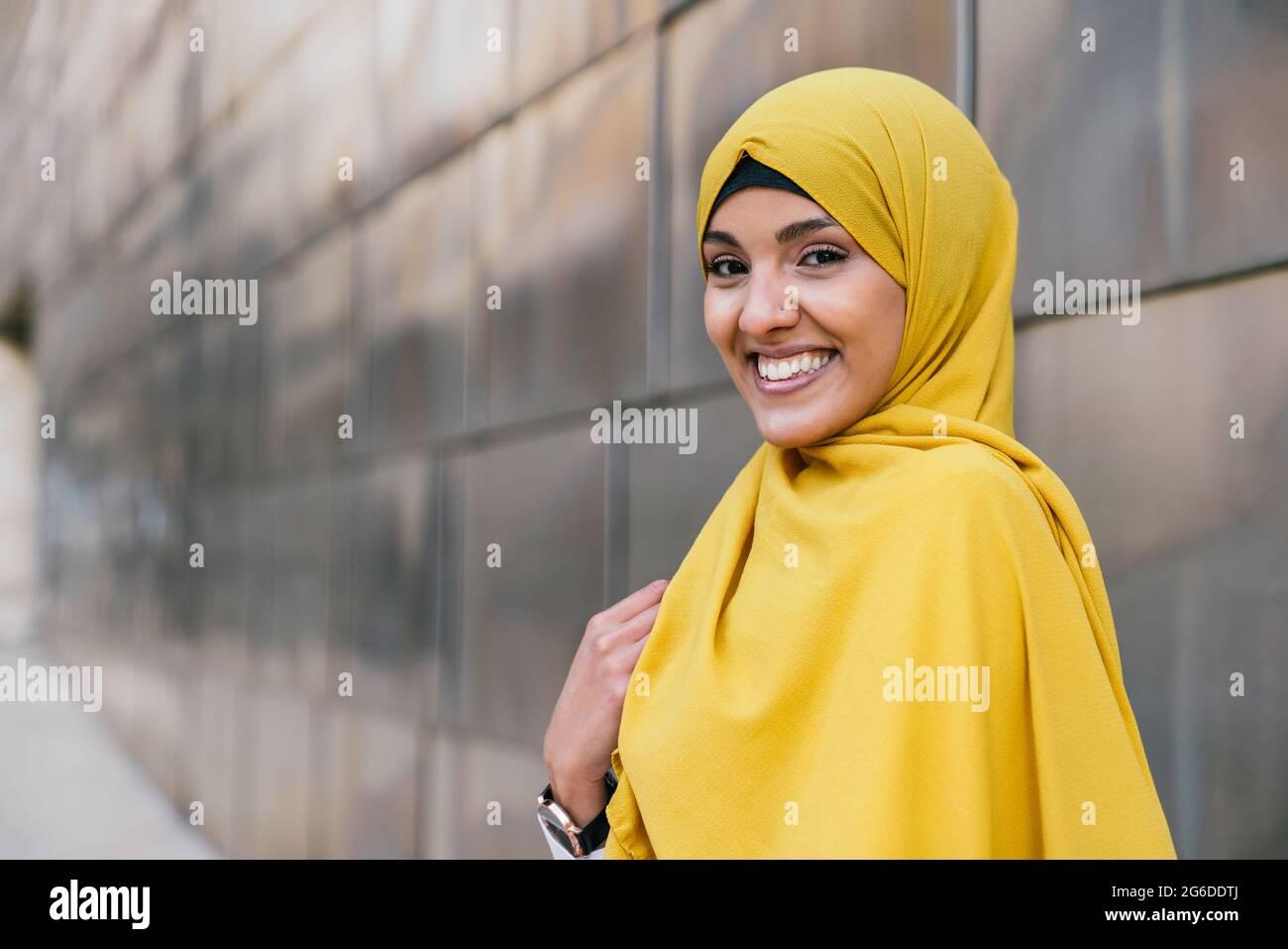 Questo emoji può aver contribuito a sfatare alcuni dei pregiudizi sull'islam? Yellow Hijab High Resolution Stock Photography And Images Alamy