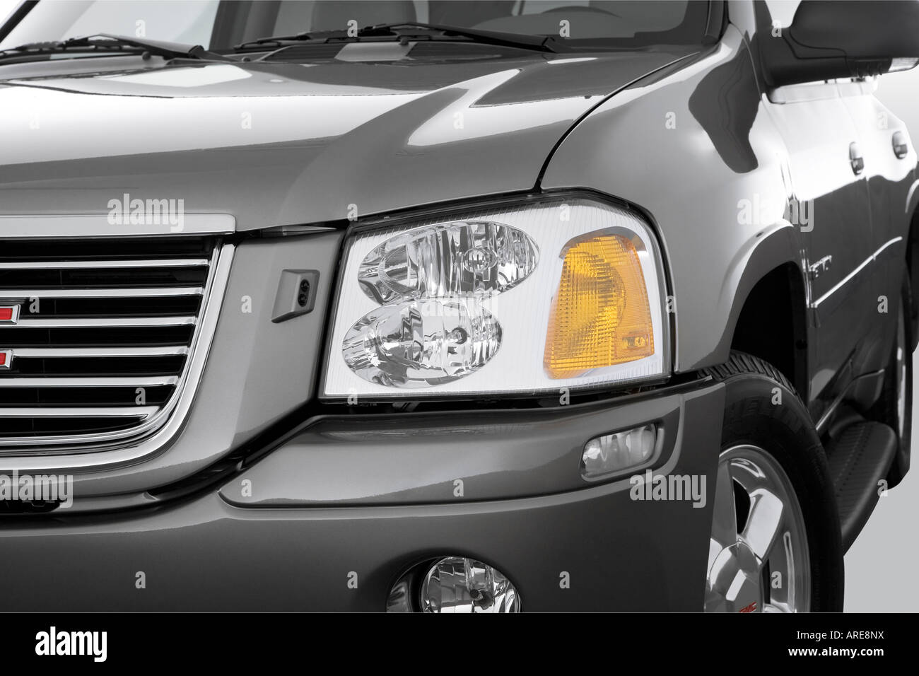 hight resolution of 2006 gmc envoy slt in gray headlight