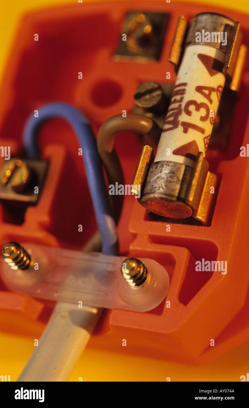 medium resolution of cover removed from household 13 amp plug showing fuse and wiring uk