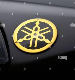 tank of a motorbike emblem of yamaha [ 1300 x 956 Pixel ]