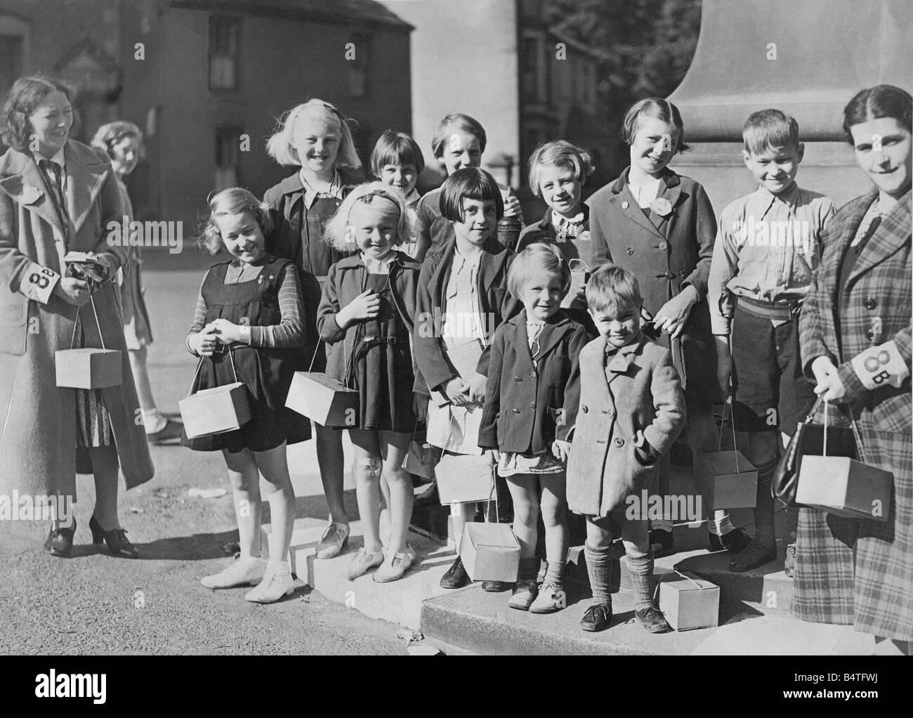 World War Two Evacuees Black And White Stock Photos