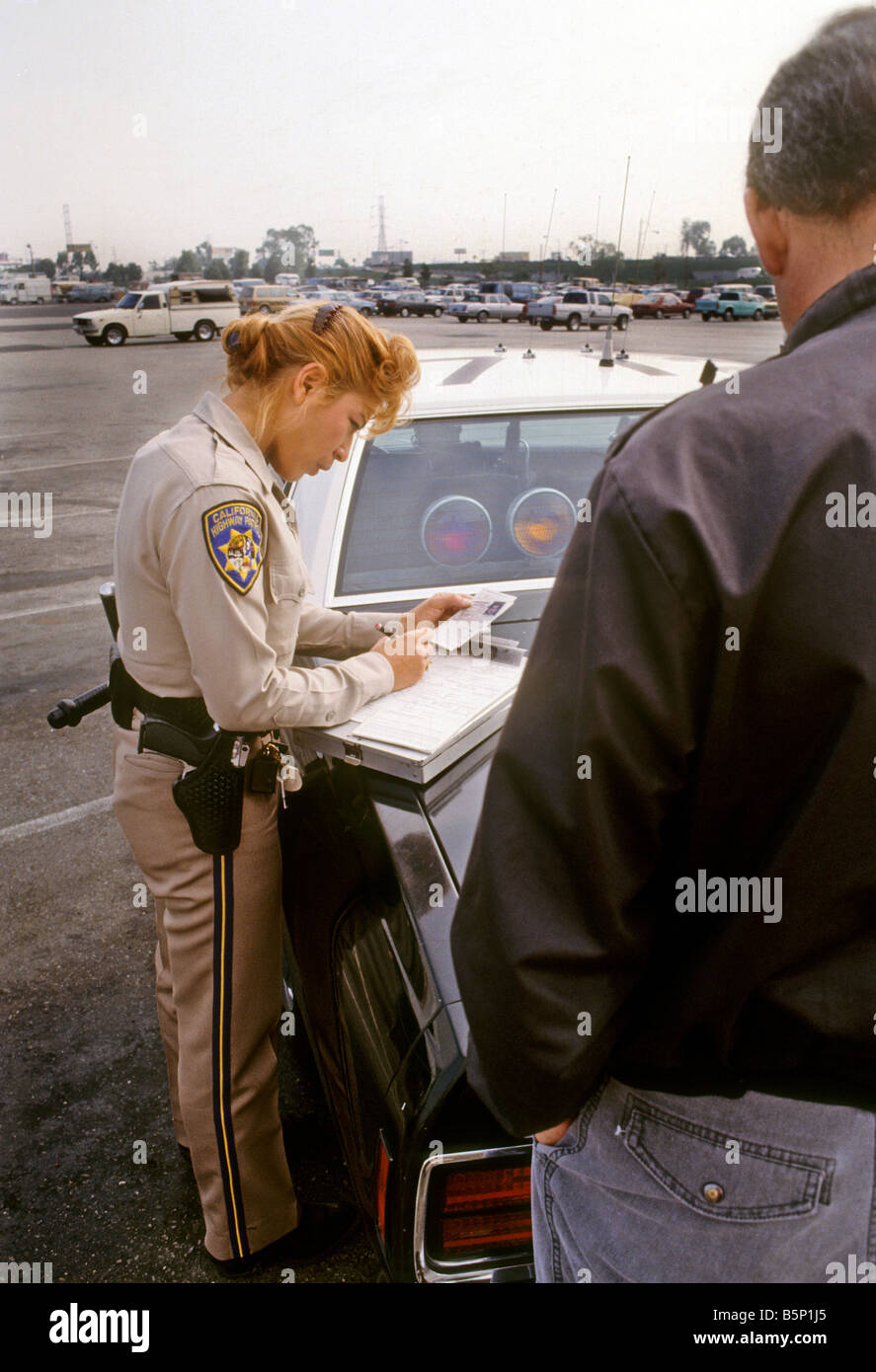 semi trailer deutsch single phase 4 pole motor wiring diagram female california highway patrol officer writes citation to driver stock photo: 20767885 - alamy