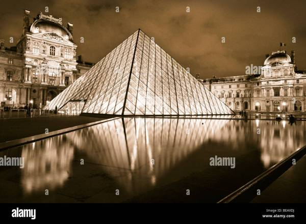 Louvre Pyramid Stock & - Alamy