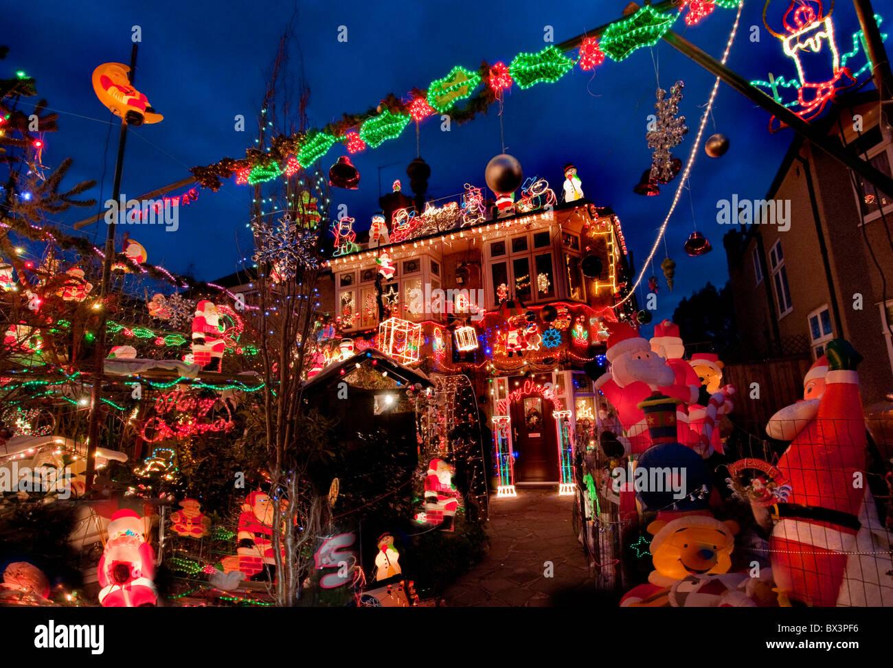 Gli utenti con dispositivo touch possono spostarsi sullo schermo toccandolo o scorrendolo con le dita. Christmas Decorations House Exterior High Resolution Stock Photography And Images Alamy