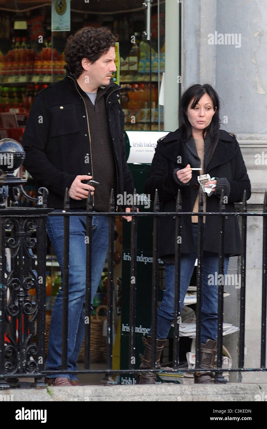 Shannen Doherty Smoking Cigarette Walking Stock Photos