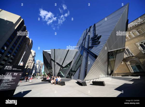 """Royal Ontario Museum In Toronto With """"crystal"""" Addition"""