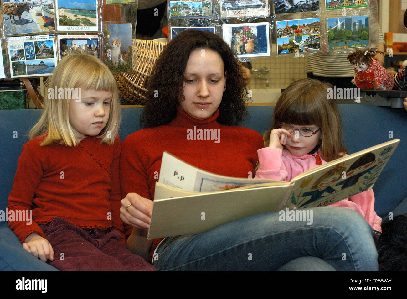 Reading Hour In INA Kindergarten Berlin Stockfoto Lizenzfreies