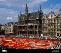 Flower carpet and the King's Palace in the Grand Place ...