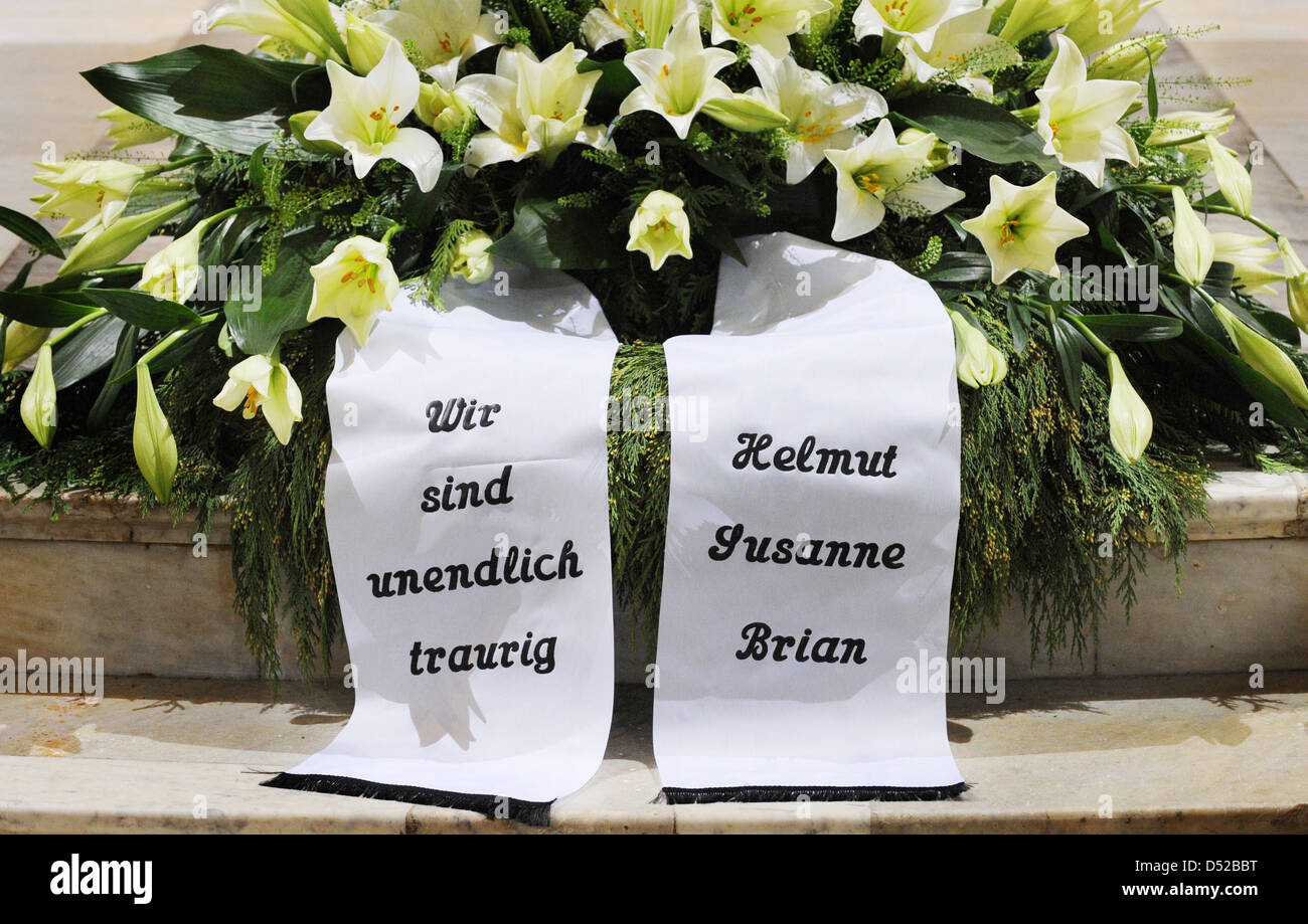 The banners on Loki Schmidts funeral wreath say We are