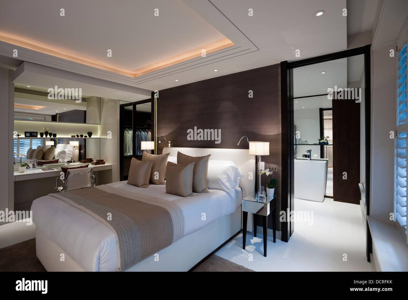 Bedroom Of London City Apartment With En Suite Bathroom
