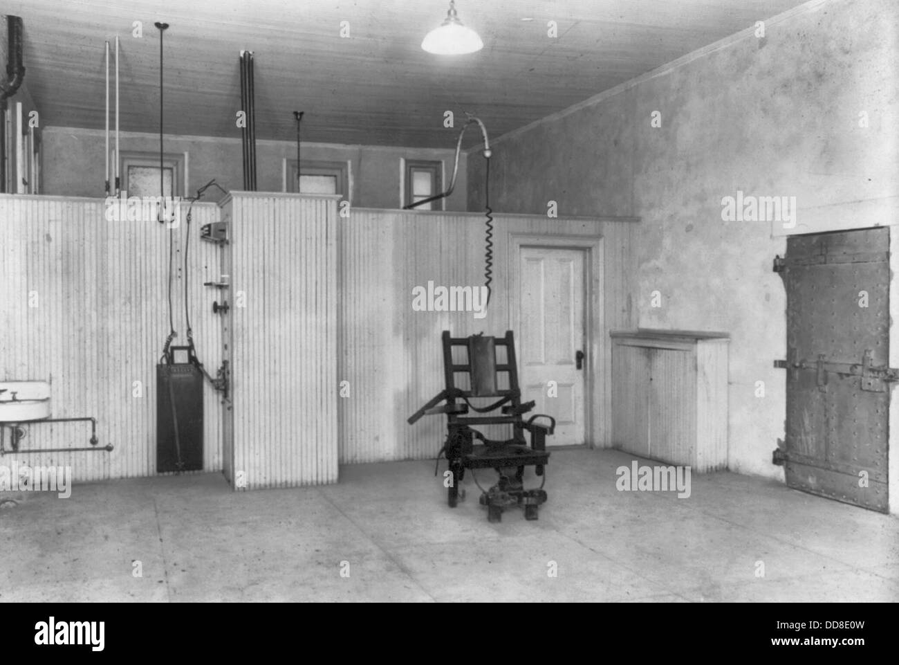 vintage electric chair gliding chairs for nursery sing prison new electrocution chamber empty room