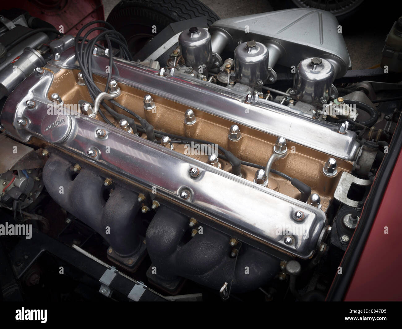 hight resolution of a 6 cylinder 3 litre jaguar e type classic sports car engine