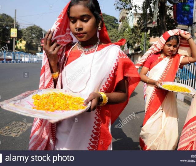 Bengali Girls Wearing Traditional Red And White Sari During A Nabc 2015 Curtain Raiser In Kolkata