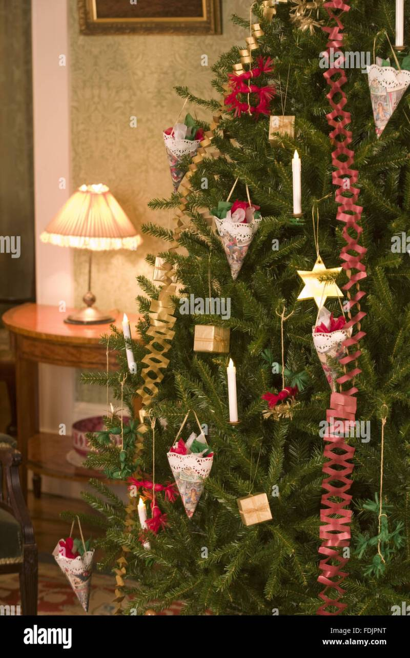 Traditional victorian christmas tree decorations for Traditional christmas decorating ideas