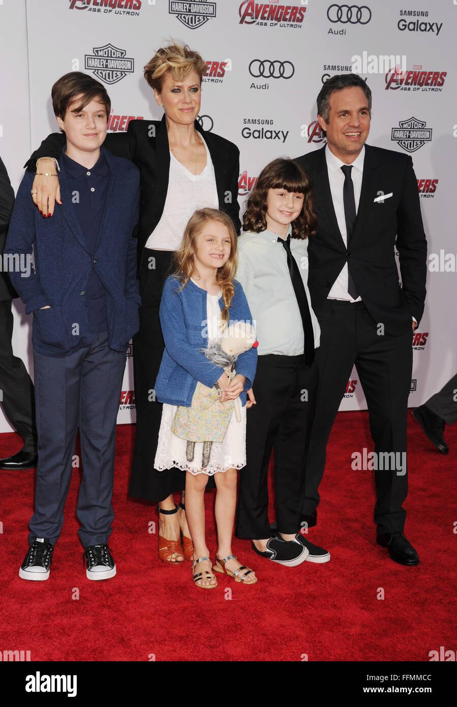 Actor Mark Ruffalo (R) and wife Sunrise Coigney (C) and family arrive Stock Photo: 95726748 - Alamy