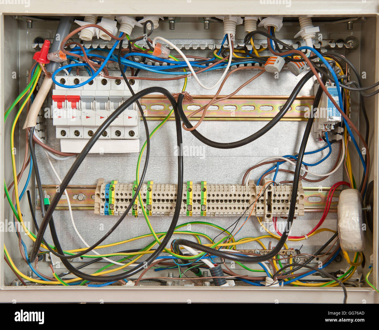 hight resolution of electrical connections in a fuse box