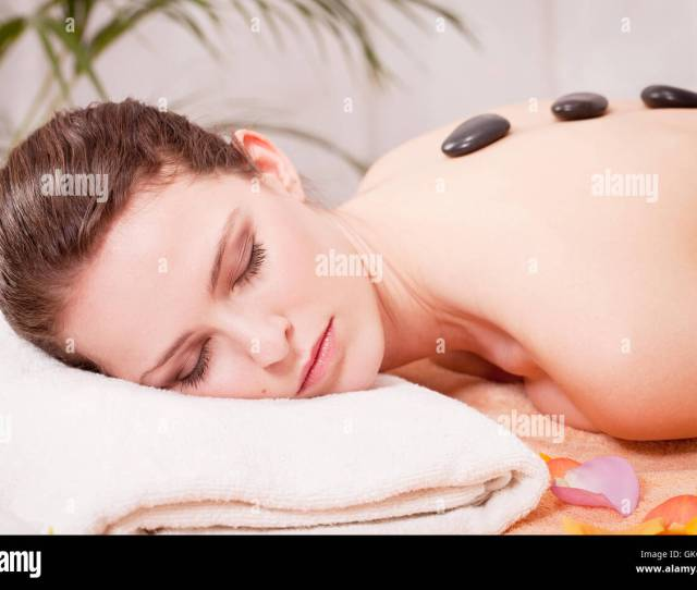 Attraktve Young Woman Gets A Hot Stone Massage For Relaxing