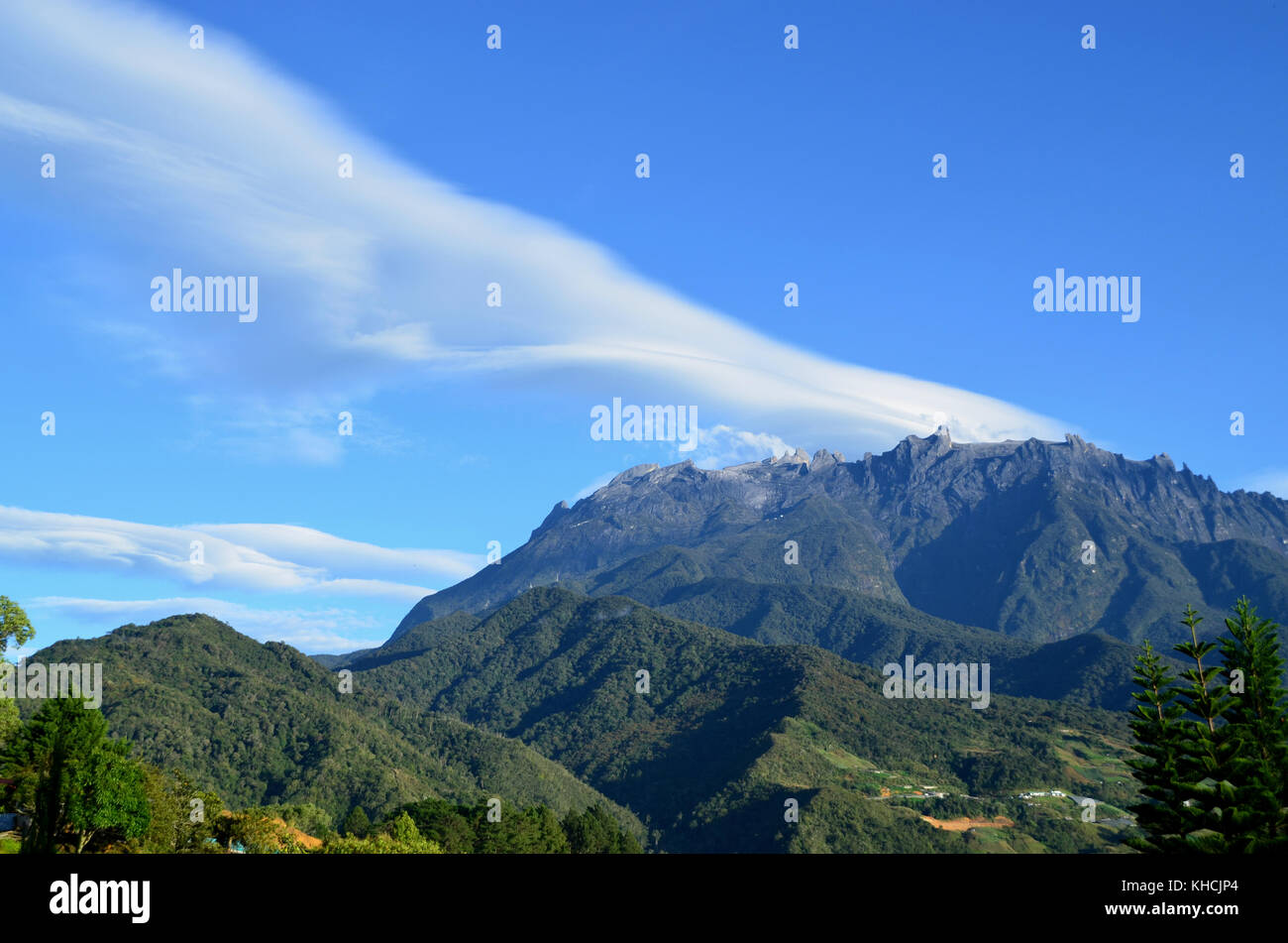 From batu caves to mount kinabalu, there are numerous natural wonders in malaysia that are sure to mesmerize you. View Of Mount Kinabalu Peak With Beautiful Cloud Formation Mount Kinabalu Is A Mountain In Sabah Malaysia It Is Protected As A World Heritage Park Stock Photo Alamy
