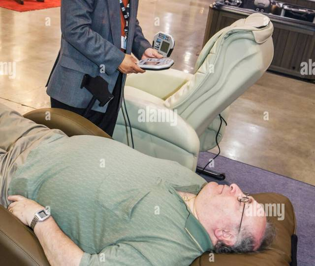 Residential Decorate Exhibitors Shoppers Leather Recliner Asian Man Comfort Rest Relaxation Massage Chair Salesman