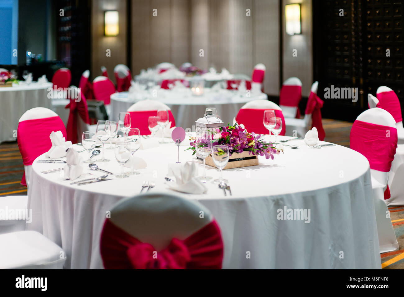 wedding reception chair covers and sashes walmart bath the dinner table decorated with orchids flowers candle white spandex chairs cover red organza sash