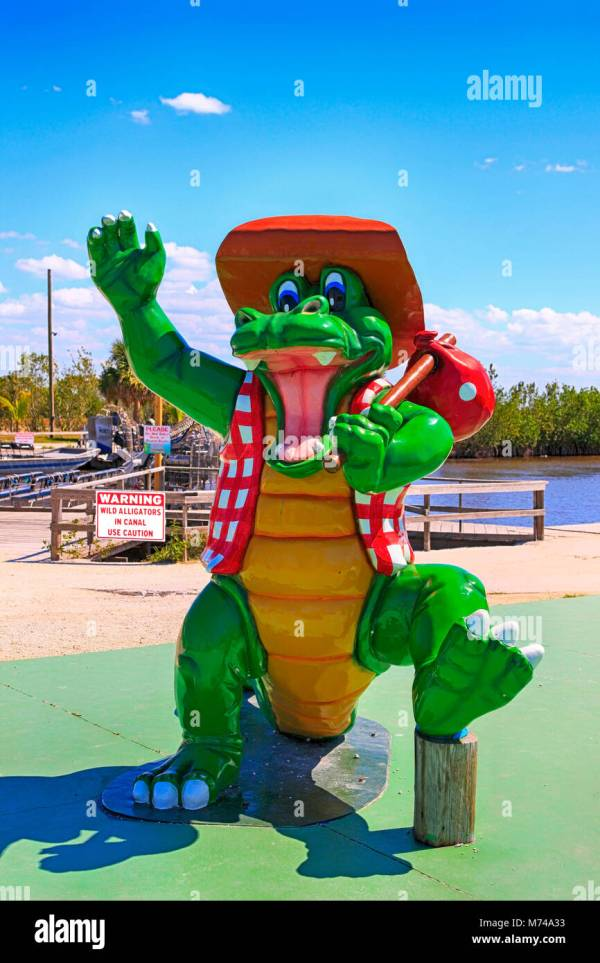 Alligator Statue Stock &