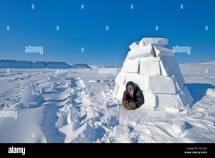Inuit Schaut Aus Einem Iglu Nunavut Territorium Kanada