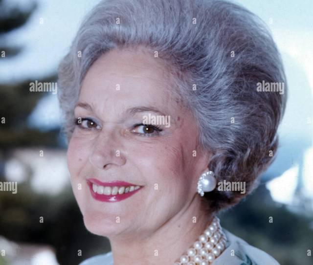 Begum Aga Khan Mit Ihren Pudel In Ihrem Haus In Le Cannet Frankreich 1985