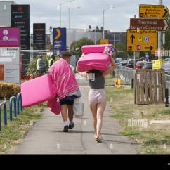 Sofa Beds Reading Berkshire Wesley Barrell Uk 24th Aug 2018 Festival Goers Carrying A Bed The