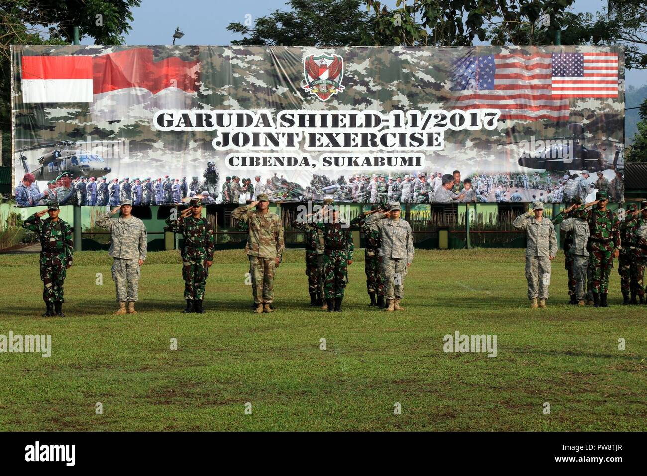 Cibenda Indonesia Sol Rs With The Tentara Nasional Indonesia Army Tni Ad And U S Army Stood Side By Side On A Parade Field During The Closing