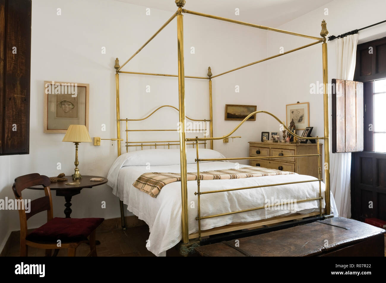 https www alamy com golden four poster bed image223906538 html