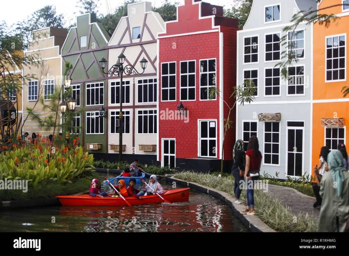Bogor West Java Indonesia 1st Apr 2018 Tourists Seen Rowing A Boat At The Tourist Attraction