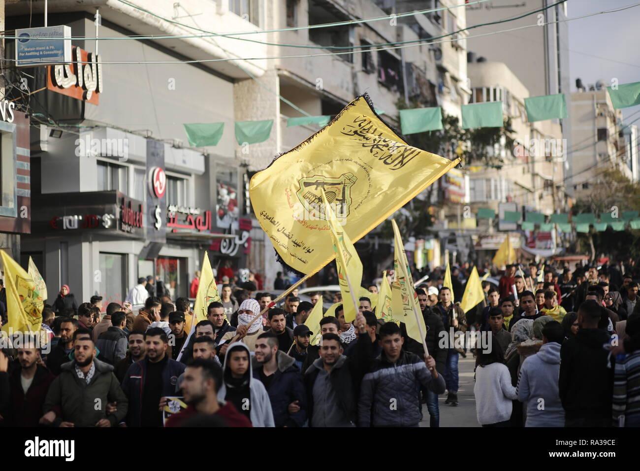 huge crowd of palestinians