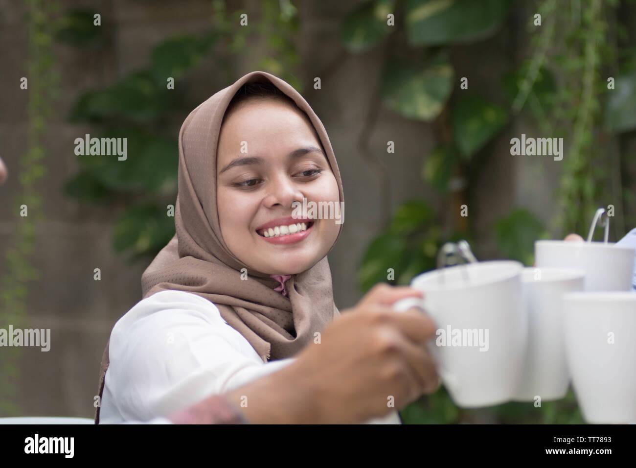 Mia khalifa mengungkapkan dampak keputusannya terjun di industri film porno terhadap kehidupannya di program talk show bbc, hardtalk. Muslim Women Tea High Resolution Stock Photography And Images Alamy