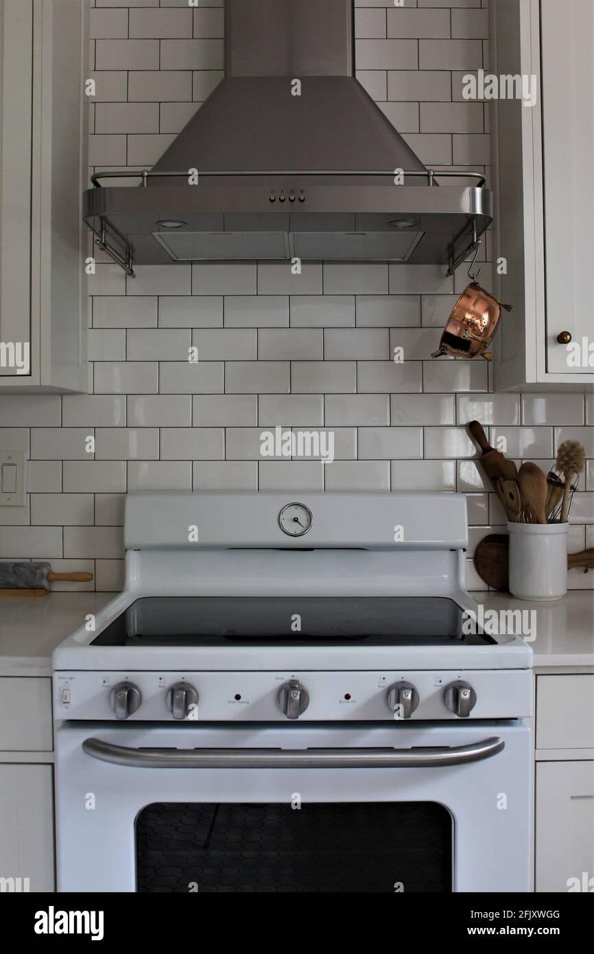 white subway tile kitchen stockfotos