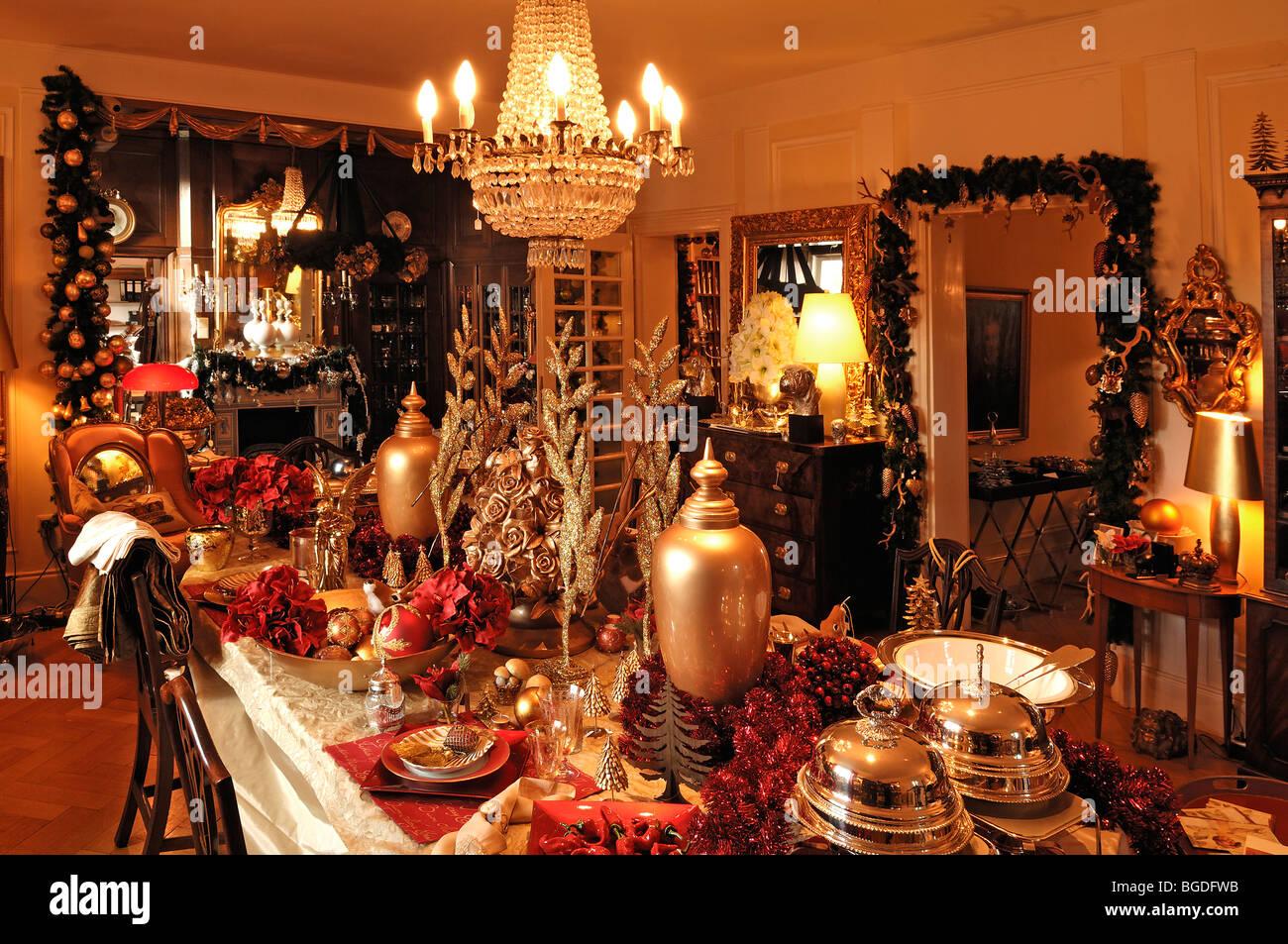 ppige Weihnachtsdekoration in einem Wohnzimmer dekoriert