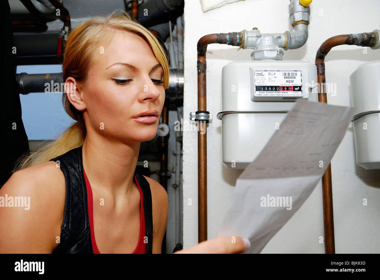 Junge Frau Mit Heizung Kosten Rechnung Am Gaszähler Stockfoto, Bild