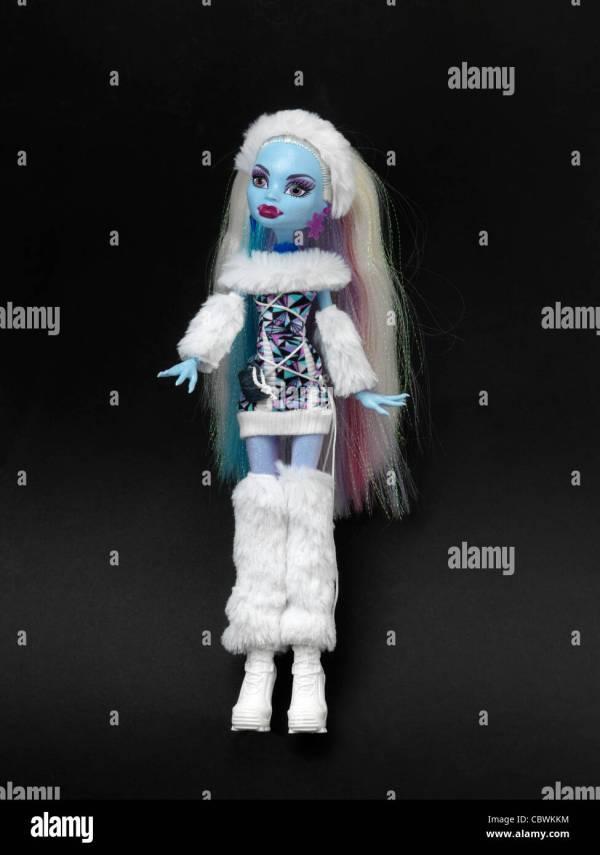Monster High Puppe Abbey Bominable Tochter Des Yeti Mit Blauer Haut Und Fell Tragen Stockfoto