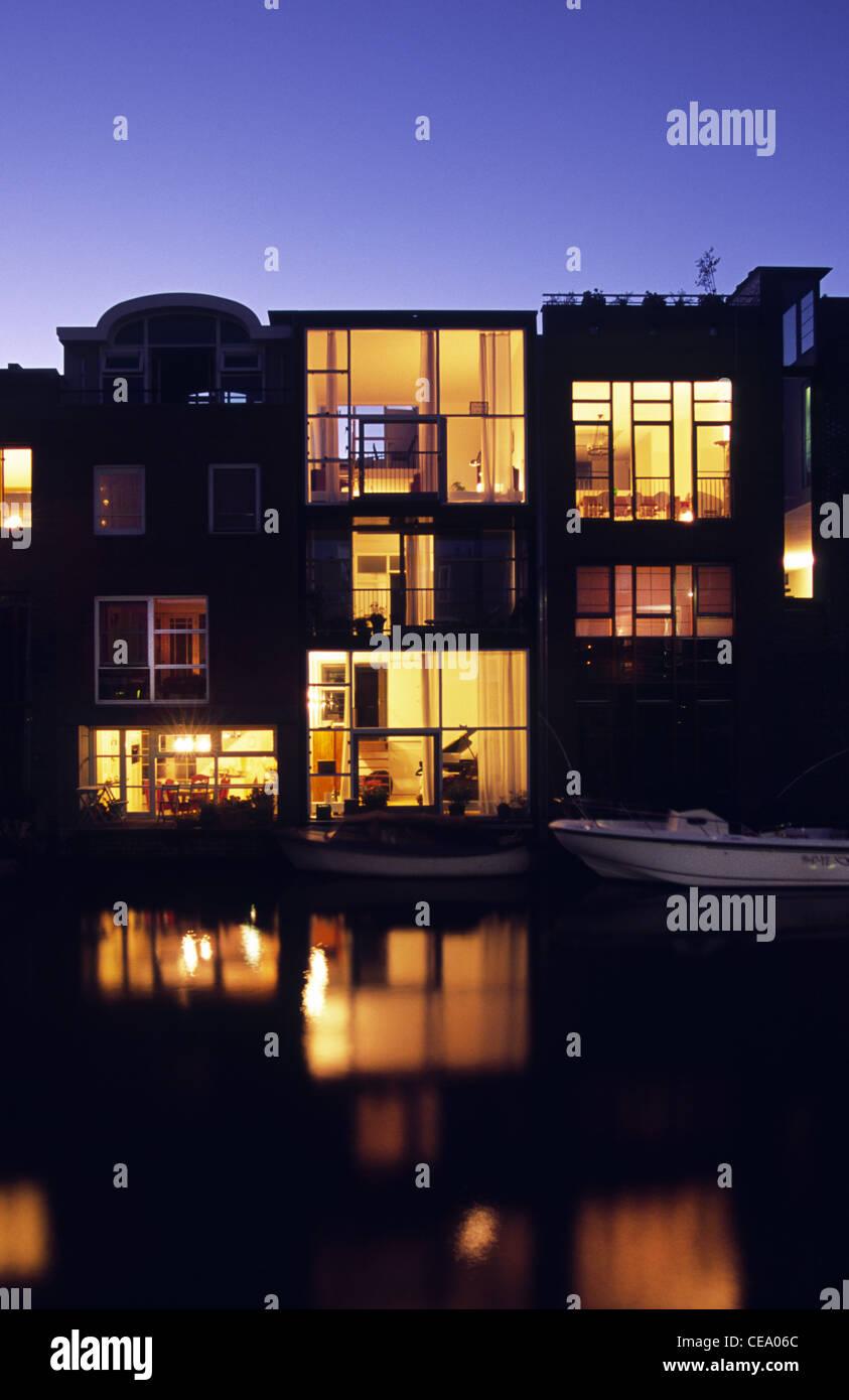 Moderne Wohnungen auf dem Wasser Sporenburg Docklands in Amsterdam Holland Stockfoto Bild