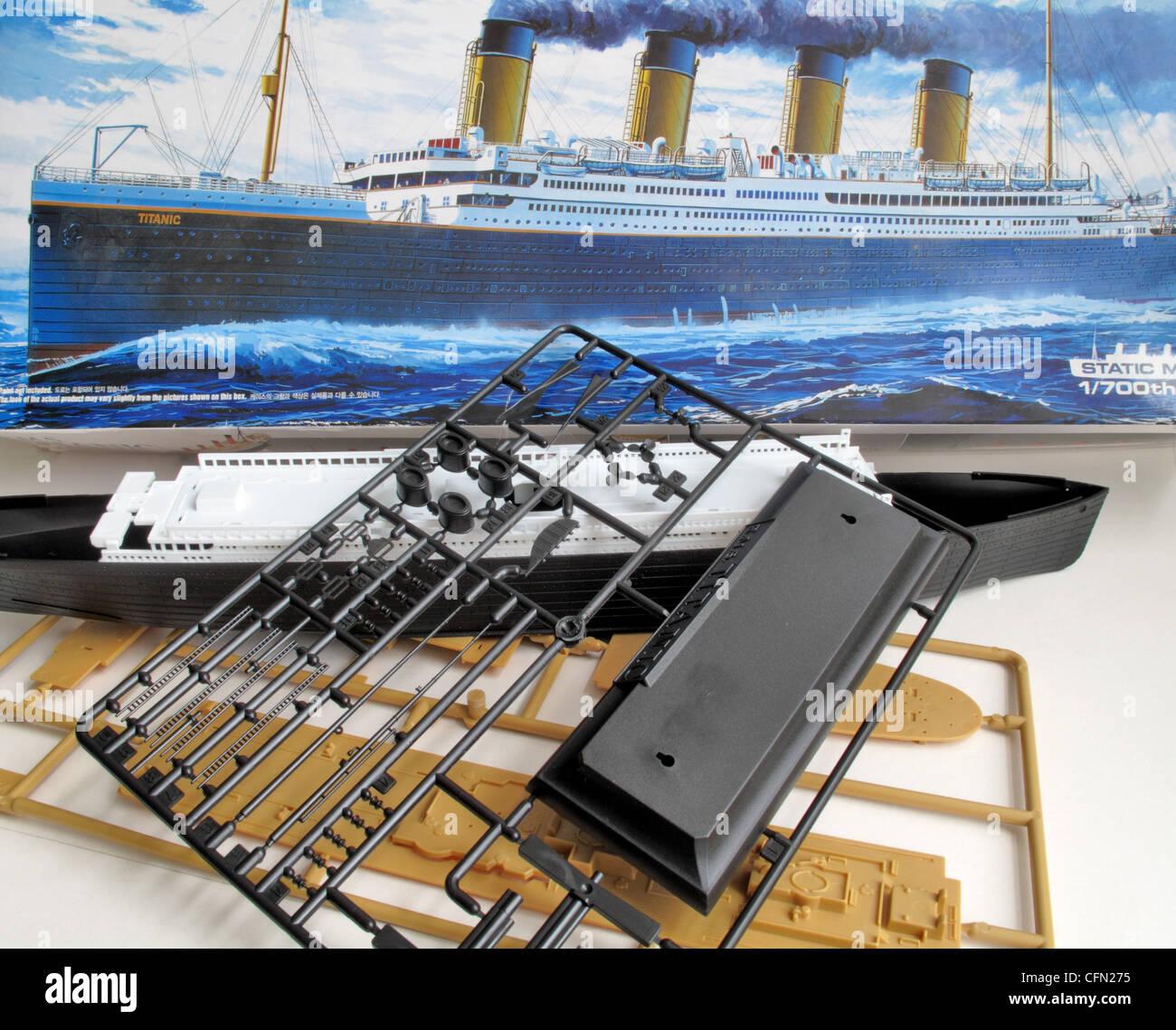 hight resolution of ein kit modell und die unmontiert teile der titanic schiff stockbild