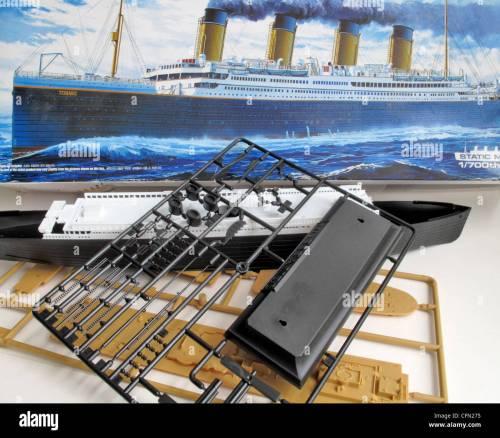 small resolution of ein kit modell und die unmontiert teile der titanic schiff stockbild