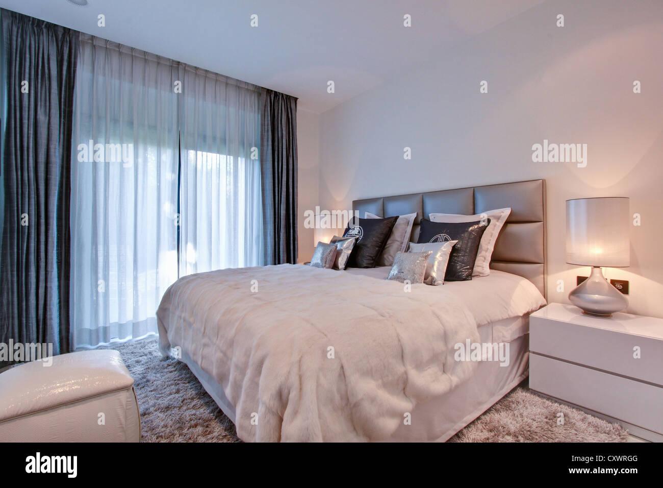Gardinen im Schlafzimmer Stockfoto Bild 50969088  Alamy